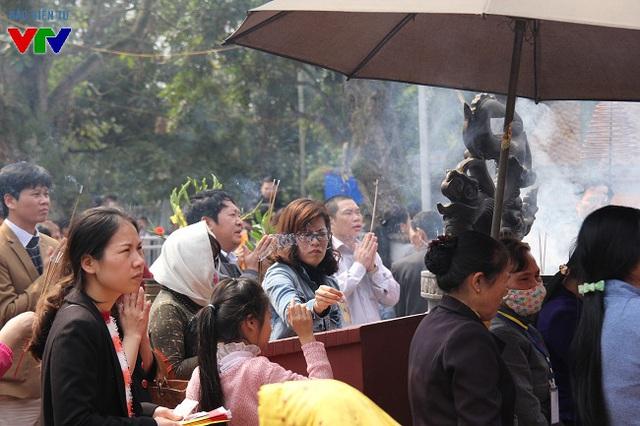 Không gian sân trước đền Thiên Trường luôn nghi ngút khói hương.