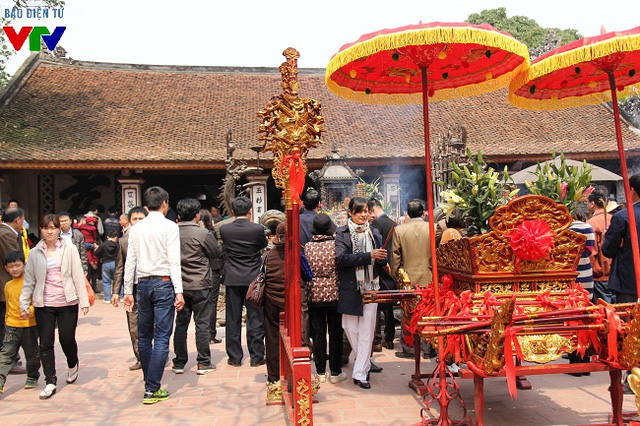 Năm nay, nhiều người đã tranh thủ ngày nghỉ cuối tuần để tới đền Trần dâng hương, làm lễ sớm chứ không đợi tới giờ thiêng khai ấn để tránh tình trạng đông đúc, giẫm đạp cướp ấn như mọi năm.