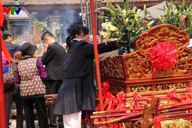 Kiệu ấn được trang trí lộng lẫy để chuẩn bị cho đêm khai ấn. Kiệu ấn sẽ được rước từ sân đền Cố Trạch, qua cổng chính rồi vào sân đền Thiên Trường trước giờ khai ấn.