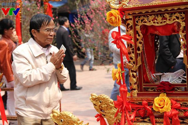 Tiền lẻ được các du khách lễ tạ và thành tâm đặt vào trong kiệu với hi vọng năm mới sung túc, đủ đầy.