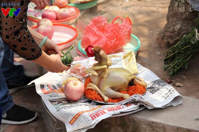 Mâm xôi, con gà, trầu cau, hoa quả, quà bánh là đồ lễ không thể thiếu.