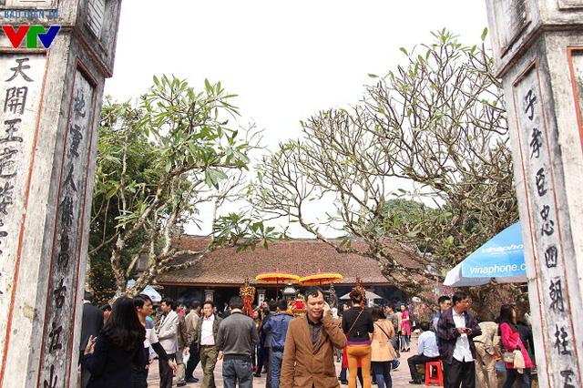 Quang cảnh đông đúc, nhộn nhịp khi khách thập phương tới làm lễ dâng hương trước đền Cố Trạch.