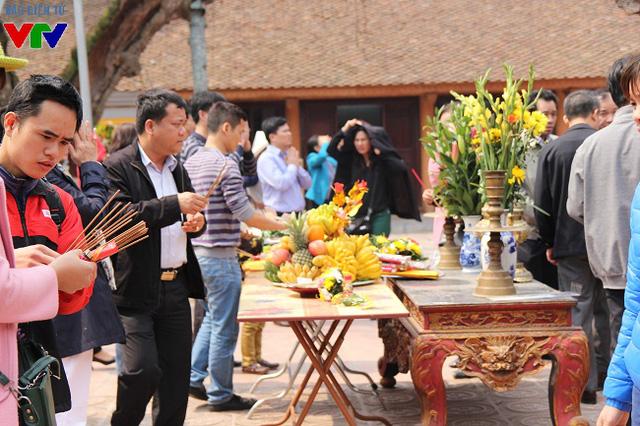 Tại các đền chính Thiên Trường, Cố Trạch, Trùng Hoa, lượng người ra vào luôn tấp nập và nhộn nhịp trong ngày khai ấn.