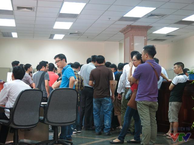 Người dân xếp hàng chờ đến lượt để mua tiền lưu niệm 100 đồng.