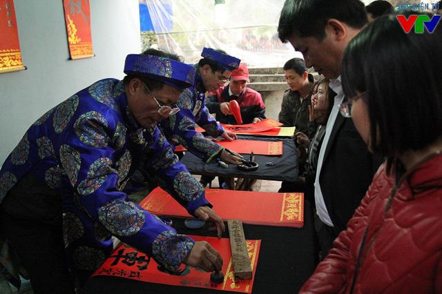 Tại sân đền Trùng Hoa, khách tham quan đổ về xin chữ cầu may từ những ông đồ lâu năm trong nghề.
