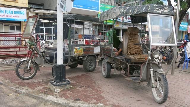 Dù bị cấm đỗ nhưng nhiều xe ba bánh vẫn xếp hàng dài dọc tuyến đường Giải Phóng.