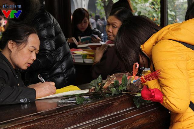 Không chỉ cầu tình duyên, nhiều bạn trẻ còn dâng sớ cầu may trong năm mới.