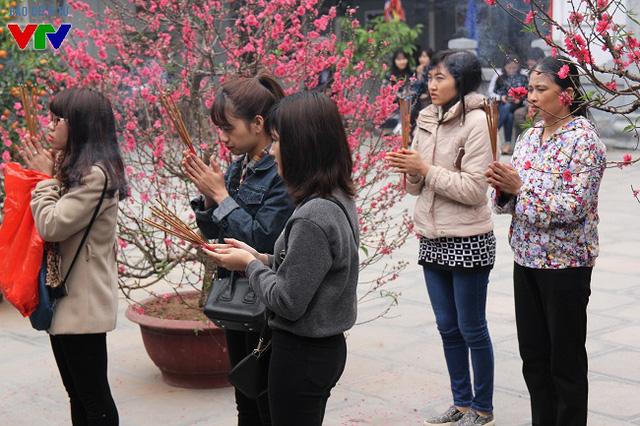 Theo quan niệm dân gian: Chùa Đậu cầu danh, chùa Hương cầu tự, chùa Hà cầu duyên, nhiều bạn trẻ đã có mặt tại chùa Hà từ sớm ngày rằm tháng Giêng để dâng hương cầu khấn.