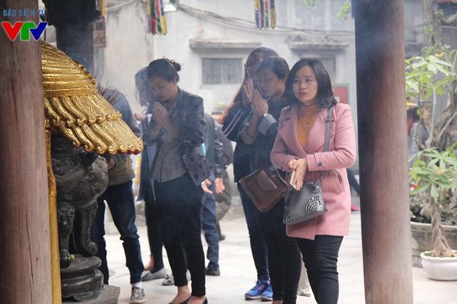 Trong đó, một lượng lớn những người tới chùa dâng hương là các bạn trẻ.