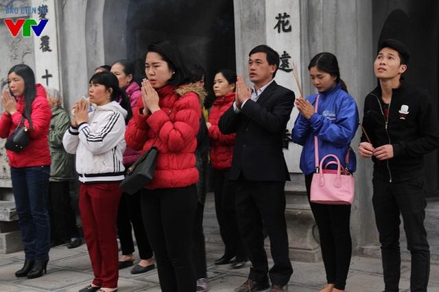 Trong ngày Tết Nguyên tiêu (15 tháng Giêng Âm Lịch), mặc dù là đầu tuần nhưng rất nhiều người vẫn tranh thủ tới chùa Hà (Cầu Giấy-Hà Nội) thắp hương cầu bình an dịp đầu năm mới.