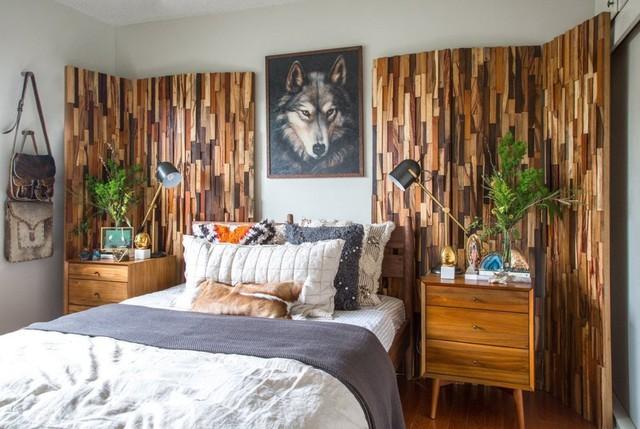Phòng ngủ cũng mang sắc màu của thiên nhiên với mảng tường gỗ và những chậu cây.
