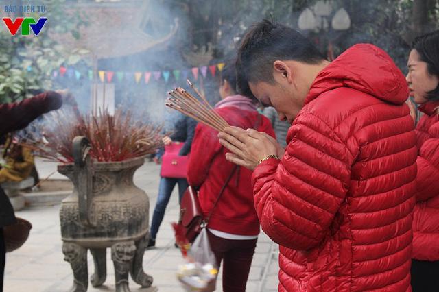 Trong ngày rằm, tại sân trước điện chùa Hà, nơi đặt lư hương ngoài trời, lượng người tới thắp hương đều vượt xa so với ngày thường.