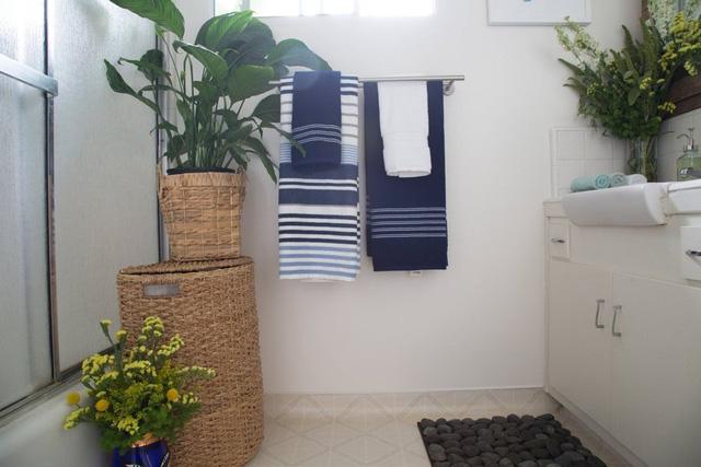 Mảng xanh còn được đưa vào không gian phòng tắm của căn hộ.