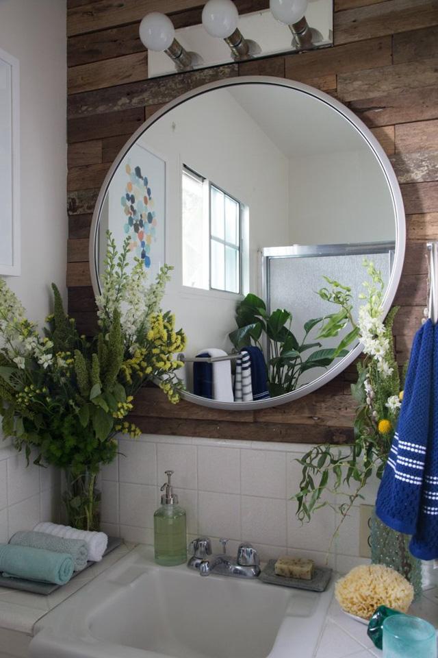 Những lọ hoa xinh xắn tô điểm cho phòng tắm thêm nhẹ nhàng hơn.