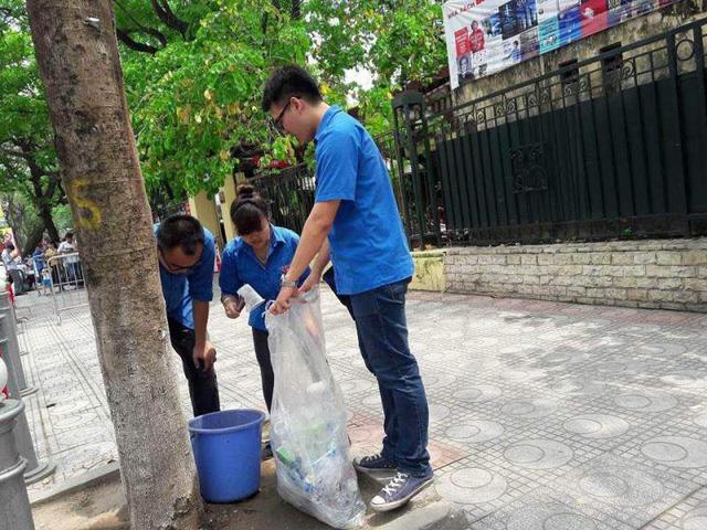 Trong 4 ngày nghỉ lễ, các đoàn viên thanh niên Thủ đô không ngại vất vả đi thu gom rác, giữ vệ sinh môi trường
