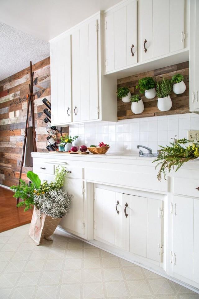 Không gian bếp mang màu sắc tối giản hòa với các mảng xanh mát mắt.
