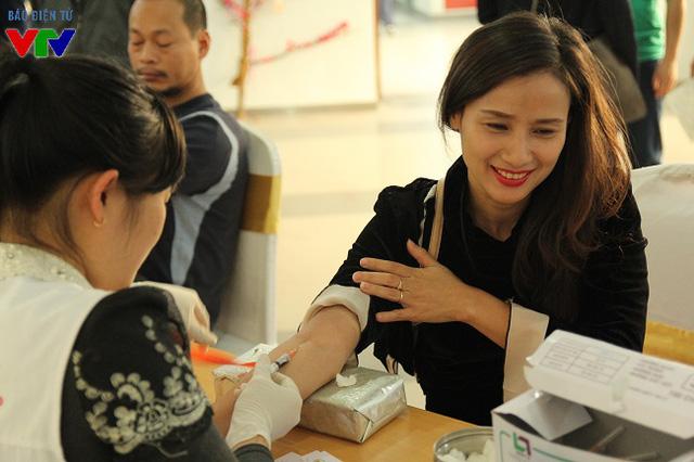 Giám đốc Trung tâm tin tức VTV24, Đài Truyền hình Việt Nam, nhà báo Lê Bình cũng tham gia hoạt động hiến máu của Đoàn Đài THVN.