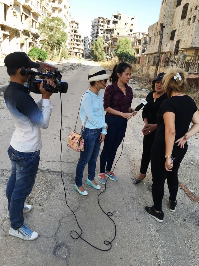 Ê-kíp làm phim phỏng vấn người dân tại Homs