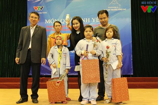 Bà Phạm Thị Hằng - Bí thư Đoàn Thanh niên đài THVN cùng đại diện Nhóm Xây trường vùng cao và Đại diện Viện Huyết học - Truyền máu Trung ương trao hoa và quà cho những em nhỏ có hoàn cảnh đặc biệt.