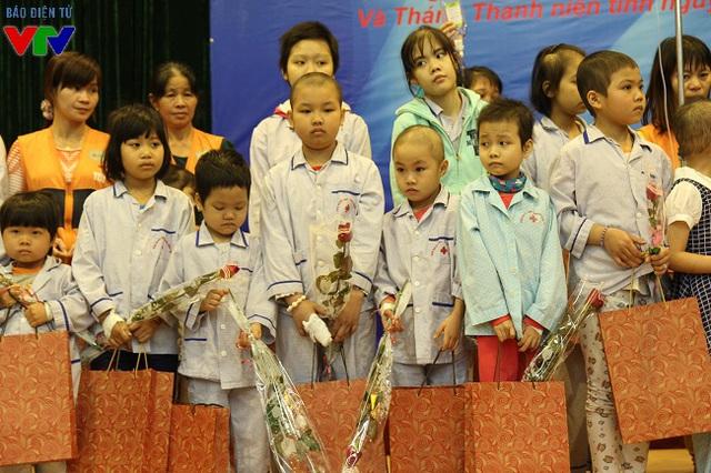 Nhiều bệnh nhân nữ đang điều trị cũng đã được đón ngày hội 8/3 sớm với hoa và quà do Đoàn Đài THVN trao tặng.