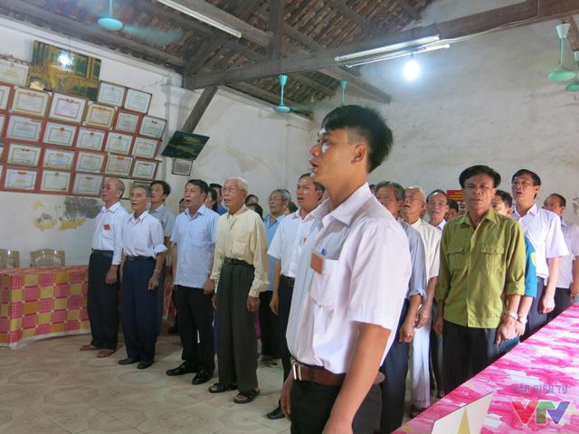 Ngay từ 6h sáng, hội đồng bầu cử xã Hải Thanh đã bắt đầu khai mạc và tiến hành hướng dẫn cử tri bỏ phiểu bầu cử, ai nấy cũng trong tâm trạng vui vẻ, háo hức, thực hiện quyền bầu cử của mình.