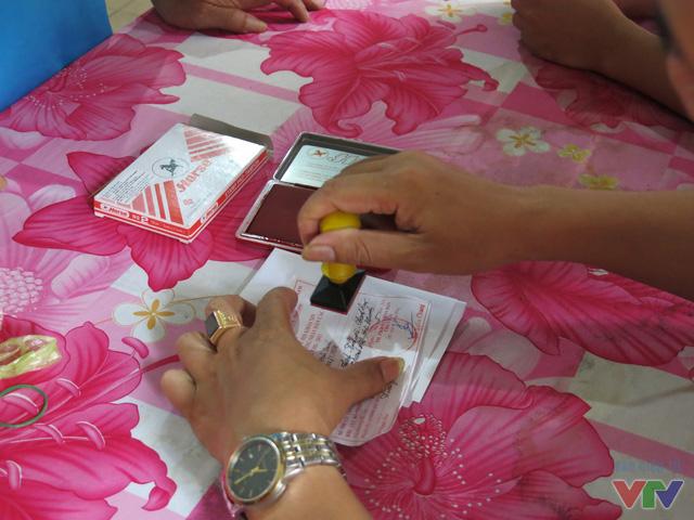 Sau khi tiến hành bỏ phiếu, cử tri sẽ tới bàn đóng dấu xác nhận đã bỏ phiểu, phòng trừ trường hợp một người bầu cử nhiều lần.