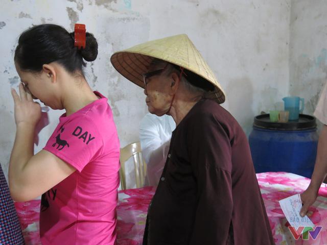 Dù tuổi đã cao nhưng cụ bà Nguyễn Thị Nhàn (75 tuổi) vẫn đứng xếp hàng theo quy định bầu cử.