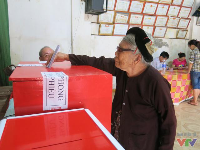 Cụ cho biết tâm trạng của cụ rất háo hức và mong chờ đến ngày bầu cử để thể hiện niềm tin, nguyện vọng của mình đối với các đại biểu.