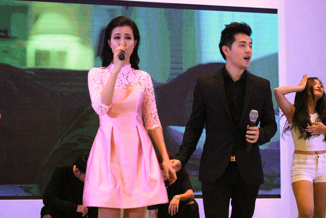Cặp đôi ngọt ngào nắm tay nhau biểu diễn ca khúc mới nhất của mình