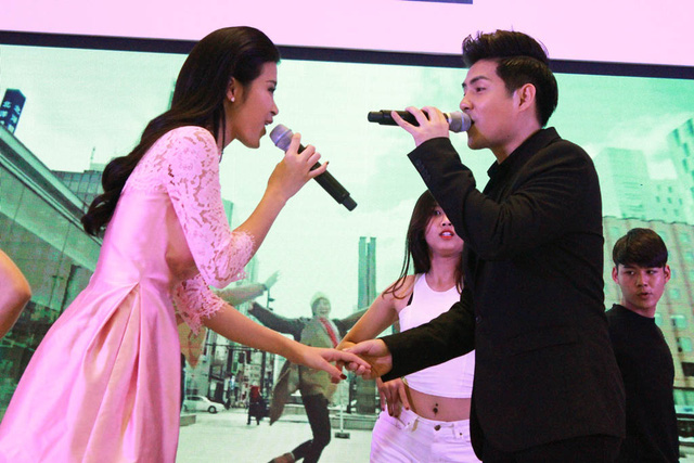 Sự ngọt ngào không chỉ được thể hiện qua ca khúc, mà cử chỉ của cặp đôi cũng toát lên vẻ yêu thương