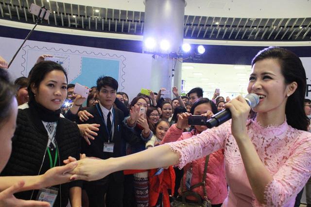 Đông Nhi rất chiều khán giả khi bước xuống sân khấu để giao lưu cùng các fan