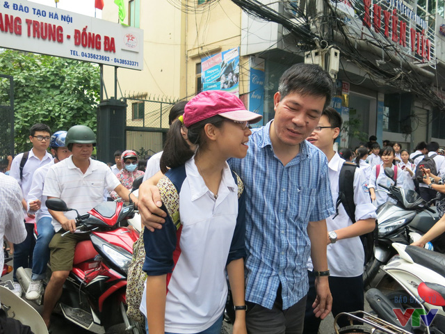 Người cha ân cần hỏi han cô con gái sau khi kết thúc môn Toán trong chiều 8/6 tại điểm thi THPT Quang Trung - Đống Đa.