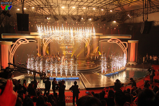 Sân khấu đêm nhạc hội được đầu tư công phu, hoành tráng