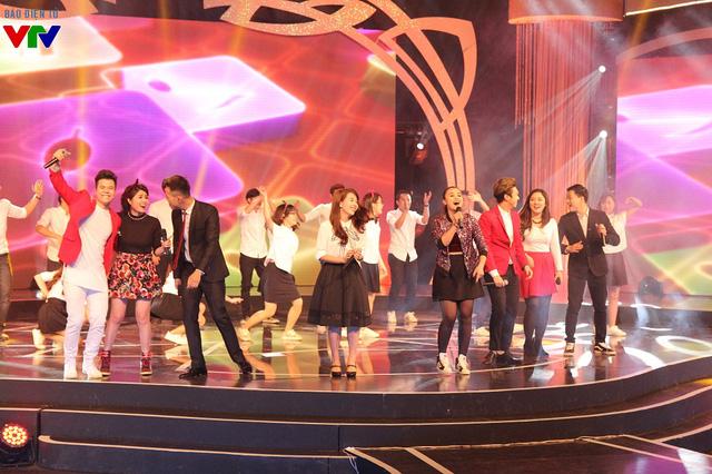 Các MC trẻ của VTV3 và nhiều ca sĩ nổi tiếng cùng biểu diễn một tiết mục mừng sinh nhật 20 tuổi của VTV3