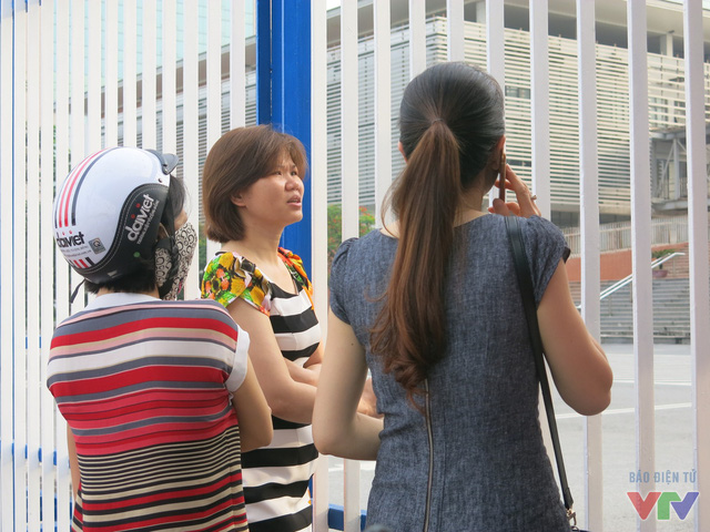 Không chỉ thí sinh lo lắng mà các bậc phụ huynh trong lúc chờ đợi con thi ngoài cổng trường cũng căng thẳng không kém.