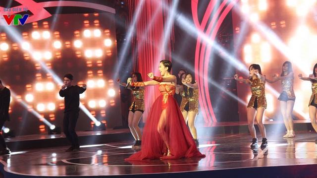 Ca sĩ Tóc Tiên làm nóng sân khấu của chương trình