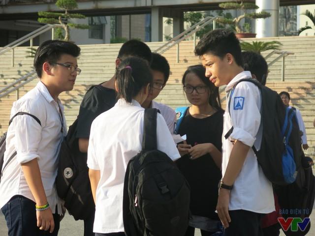 Nhóm bạn trao đổi bài ngay trước cổng trường THPT chuyên Hà Nội - Amsterdam dù trời đang nắng nóng.