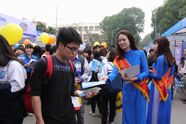 Các trường đại học tư vấn cho thí sinh cách chọn trường, chọn ngành phù hợp trong ngày hội tư vấn tuyển sinh 2016. (Ảnh: Thu Ngà)