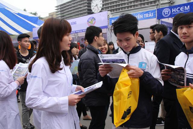 Việc tổ chức cho cả 2 đối tượng thí sinh dự thi cùng cụm giúp thí sinh thuận lợi trong việc di chuyển đến địa điểm thi (Ảnh: Thu Ngà).