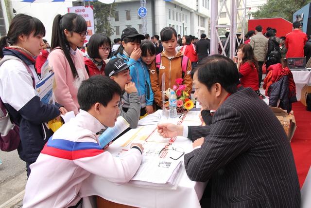 Gian tư vấn tuyển sinh của Đại học Bách khoa luôn đông đúc các thí sinh tới tìm hiểu.