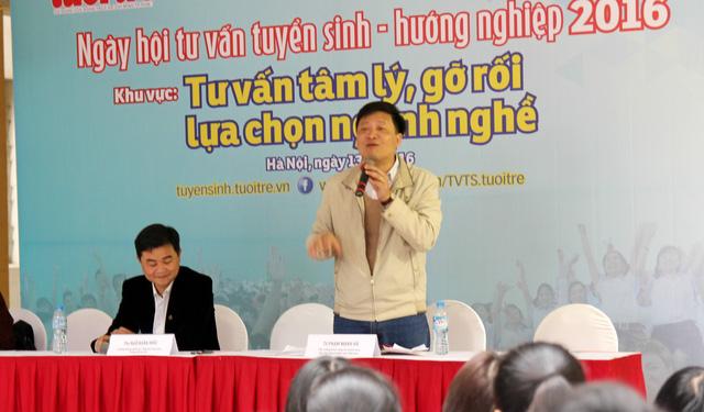 TS Phạm Mạnh Hà trong buổi tư vấn hướng nghiệp trước kỳ tuyển sinh 2016.