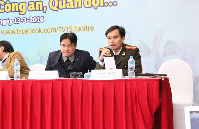 Thiếu tá Bùi Thành Đạt trong buổi tư vấn tuyển sinh trực tiếp với các học sinh THPT.