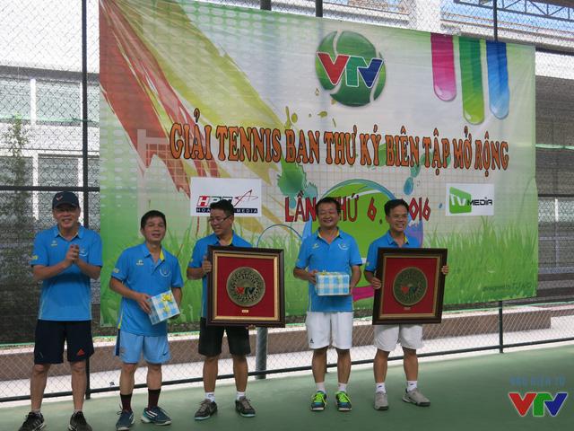 Đồng chí Nguyễn Hà Nam lên trao quà cho các nhà tài trợ.