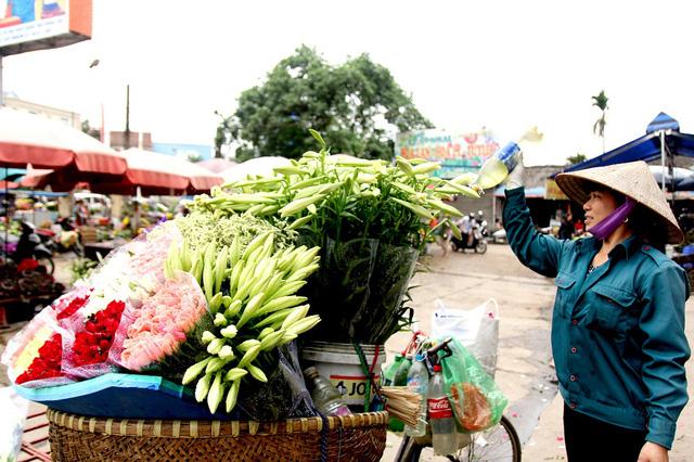Vào sáng sớm, tới thăm chợ hoa, nhiều người sẽ choáng ngợp trước những chiếc xe đạp phủ trắng hoa loa kèn