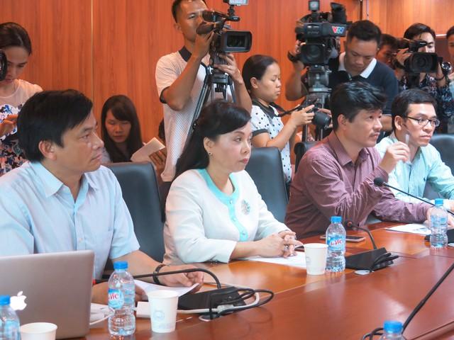 Bộ trưởng Nguyễn Thị Kim Tiến đến thăm và làm việc với bệnh viện Việt Đức về tình trạng của hai bé song sinh dính liền ở Hà Giang.