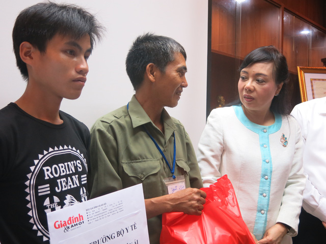 Sau khi nghe về bệnh tình hai bé, bộ trưởng Nguyễn Kim Tiến đã đi thăm hai bé và trao quà cho người nhà hai bé.