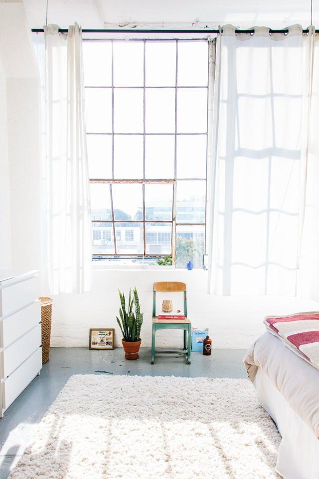 Những đồ trang trí đơn giản mà gần gũi càng khiến không gian thêm rộng mở.