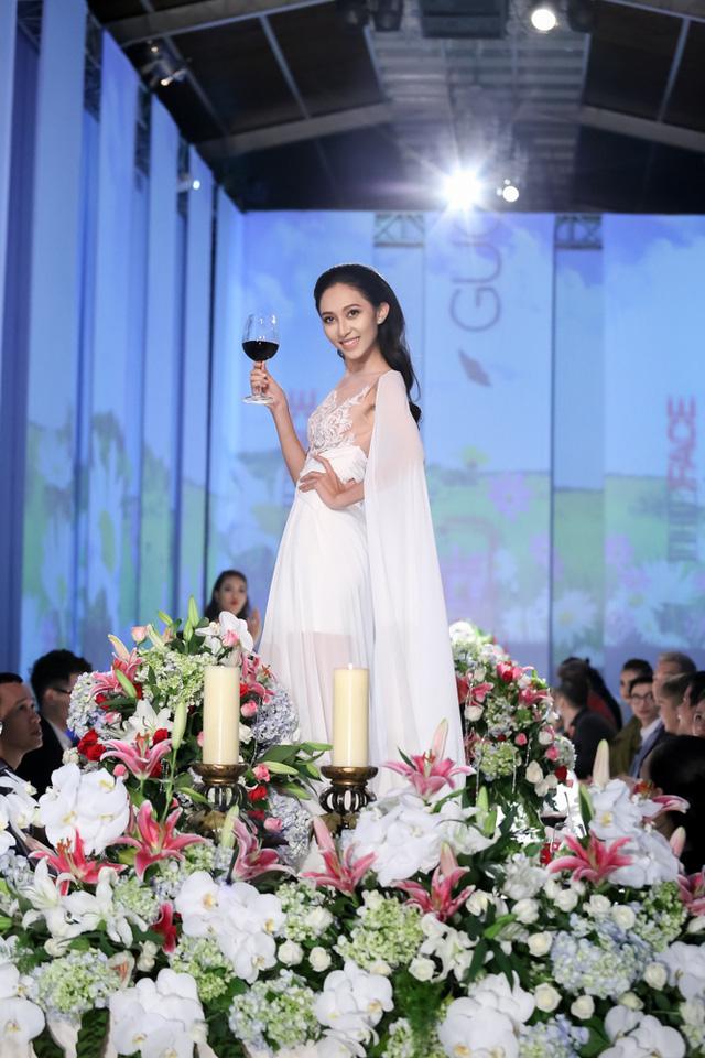 Thu Hiền sải bước tự tin với phong thái ung dung. Khi nhận được ly rượu từ quan khách, cô thưởng thức rồi tiếp tục catwalk.