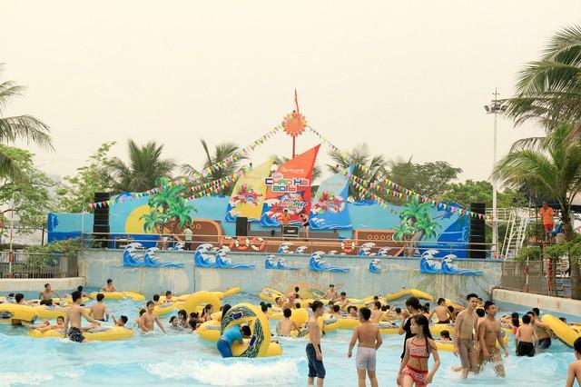 Bãi biển nhân tạo với không gian rộng thoáng là nơi thu hút rất nhiều em nhỏ tới vui chơi.