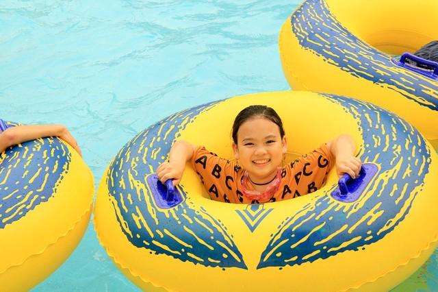 Nhiều em rất thích thú khi được thỏa thích nô đùa trong làn nước xanh mát và những con sóng nhân tạo.